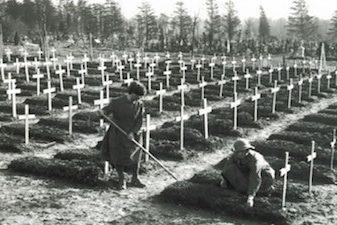 people burying flu victims