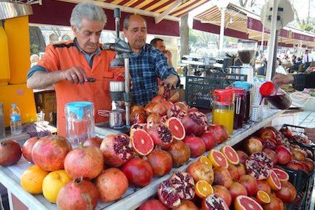 a juice bar preparing fresh pomegranate juice succo di melograna, what a granade